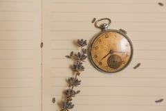 Alte Uhr und lavanda Blume Stockfotografie