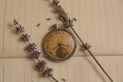 Alte Uhr und lavanda Blume Lizenzfreie Stockfotos