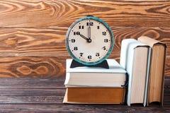 Alte Uhr und Stapel alte Bücher Stockbild
