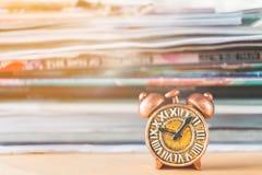 Alte Uhr und Stapel des Buches Lizenzfreie Stockbilder