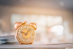 Alte Uhr und Stapel des Buches Lizenzfreies Stockfoto