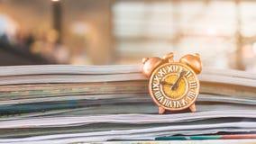 Alte Uhr und Stapel des Buches Stockfotos