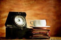 Alte Uhr- und Weinlesebücher auf Schmutzhintergrund Lizenzfreie Stockfotos
