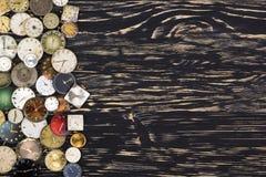 Alte Uhren auf einem dunklen hölzernen Hintergrund Lizenzfreie Stockfotografie