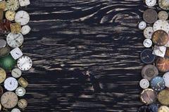 Alte Uhren auf einem dunklen hölzernen Hintergrund Lizenzfreie Stockbilder