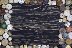Alte Uhren auf einem dunklen hölzernen Hintergrund Stockfoto