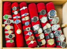 Alte Uhren auf einem Regal Stockbild