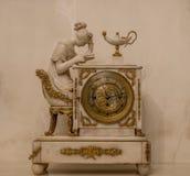 Alte Uhren mit Lesedame Stockfoto
