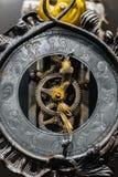Alte Uhrnahaufnahme gemacht aus Stahl heraus Stockbild