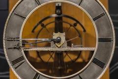 Alte Uhrnahaufnahme gemacht aus Stahl heraus Lizenzfreie Stockbilder