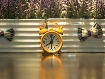 Alte Uhrorange auf dem Holztisch Lizenzfreie Stockfotos