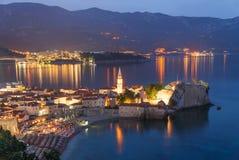Alte ummauerte Stadt Budva nachts, adriatisches Meer montenegro europa Stockfotos