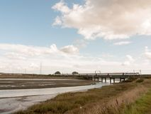 Alte unbenutzte Brücke im Abstand über Mündungsstrom countrysi Lizenzfreies Stockbild