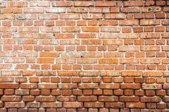 Alte und abgedroschene Backsteinmauer der roten Farbe Lizenzfreies Stockfoto