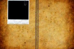 Alte und abgenutzte Papierbeschaffenheit mit Polaroid Stockfoto
