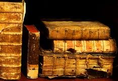 Alte und alte Bücher auf einem Regal Stockfoto