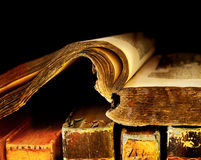 Alte und alte Bücher auf einem Regal Stockbilder