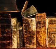 Alte und alte Bücher auf Regal Lizenzfreie Stockfotos