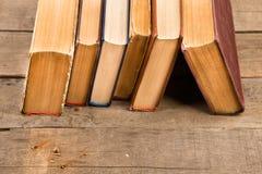 Alte und benutzte Bücher oder Lehrbücher auf Holztisch Lizenzfreie Stockfotos