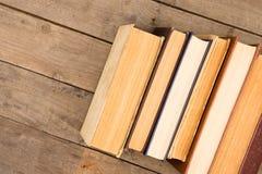 Alte und benutzte Bücher oder Lehrbücher auf Holztisch Stockfotografie