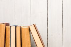 Alte und benutzte Bücher oder Lehrbücher des gebundenen Buches Stockfotos