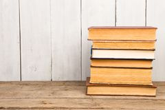 Alte und benutzte Bücher oder Lehrbücher des gebundenen Buches Stockfotografie