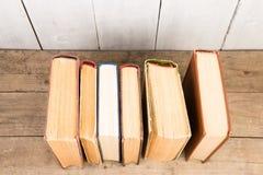 Alte und benutzte Bücher oder Lehrbücher des gebundenen Buches Stockbild