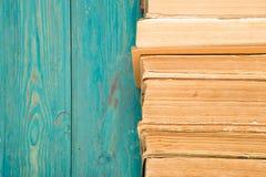 Alte und benutzte Bücher oder Lehrbücher des gebundenen Buches auf blauem hölzernem Schreibtisch Lizenzfreie Stockfotografie