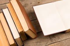 Alte und benutzte Bücher oder Lehrbücher des gebundenen Buches auf Tabelle Lizenzfreie Stockfotografie