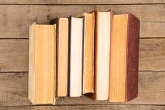 Alte und benutzte Bücher oder Lehrbücher des gebundenen Buches auf Tabelle Lizenzfreie Stockfotos