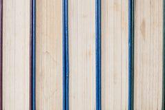 Alte und benutzte Bücher oder Lehrbücher des gebundenen Buches gesehen von oben Bücher Stockbild