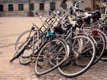 Alte und defekte Fahrräder verlassen Stockfoto