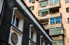 Alte und erneuerte Wohngebäude in der Nebeneinanderstellung, Peking, China Lizenzfreie Stockbilder