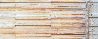 Alte und gekrümmte Betonmauer Stockfoto