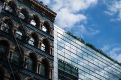 Alte und moderne Architektur-Nebeneinanderstellung in Soho, Manhattan Lizenzfreies Stockbild