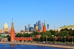 Alte und moderne Architektur von Moskau oben strebend stockfoto