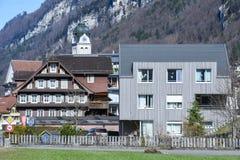 Alte und moderne Häuser von Wolfenschissen auf den Schweizer Alpen Lizenzfreie Stockfotos