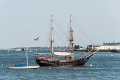Alte und moderne kleine Segelbootsegelboote nebeneinander verankert im Hafen von Boston Lizenzfreie Stockfotografie