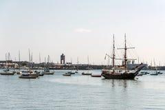 Alte und moderne kleine Segelbootsegelboote nebeneinander verankert im Hafen von Boston Stockfotografie