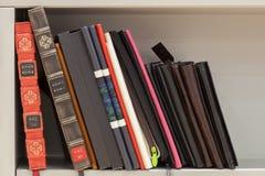 Alte und neue Bücher und Alben Stockfotos