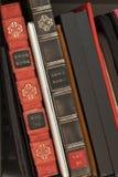 Alte und neue Bücher und Laptop Stockbild