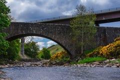 Alte und neue Brücke A9 über Nebenfluss bei Dunbeath, Schottland Stockfoto