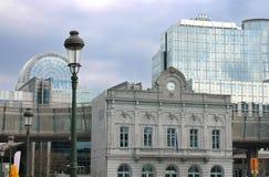 Alte und neue Gebäude des Europäischen Parlaments Stockbilder