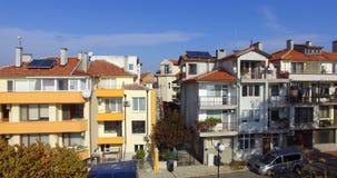Alte und neue Häuser auf dem Küstenboulevard in Pomorie, Bulgarien Stockfotografie