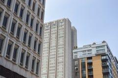 Alte und neue Häuser mit enormen Fenstern Lizenzfreie Stockfotografie