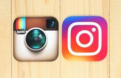 Alte und neue Instagram-Ikonen auf hölzernem Hintergrund lizenzfreies stockfoto