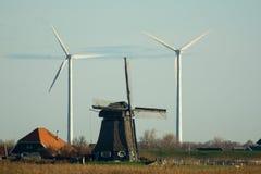 Alte und neue Windmühlen Stockfotos