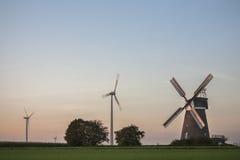 Alte und neue Windmühlen Lizenzfreies Stockbild