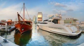 Alte und neue Yacht von Dubai Lizenzfreie Stockfotos
