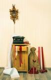 Alte und nostalgische Dekoration für Weihnachten im roten und braunen colo Stockfotografie
